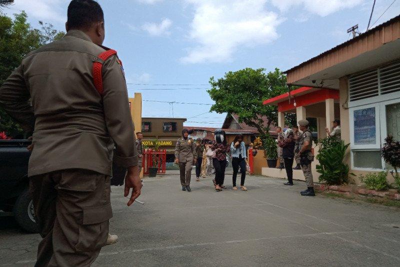 Rumah kos disalahgunakan, Satpol PP Padang amankan 12 wanita dan tujuh pria tanpa surat nikah