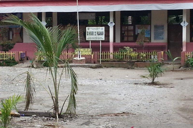 SDN 22 Batang Lingkin Pasaman Barat diportal dan ditanami kelapa sawit