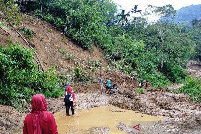 Murid korban banjir bandang menangis kepada guru soal kelanjutan sekolah