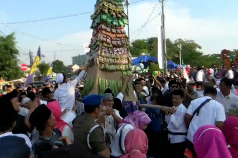 Warga Tangerang berebut gunungan hasil bumi