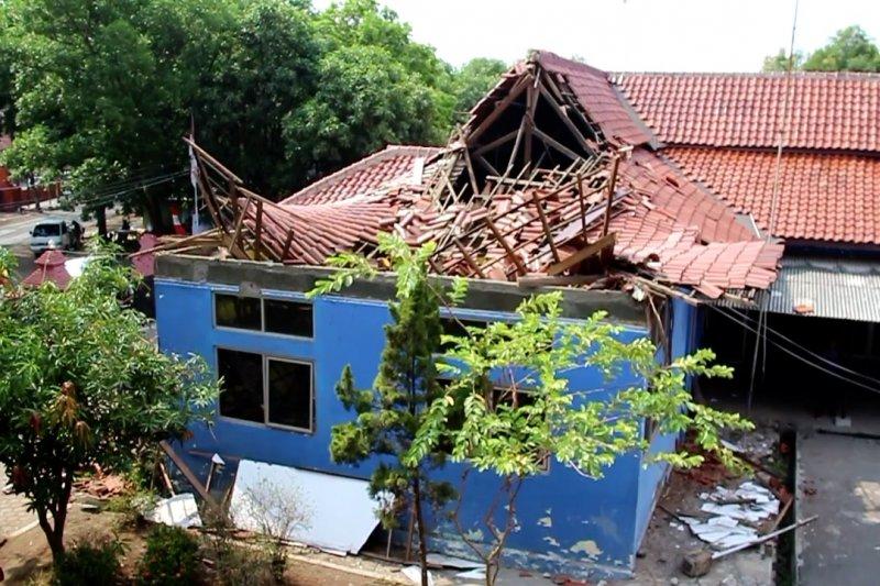 Atap Sekretariat Dinas Pemadam Kebakaran Kota Cirebon ambruk