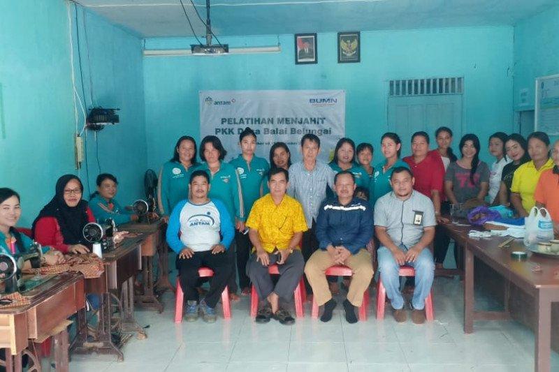 Antam melatih keterampilan menjahit masyarakat desa