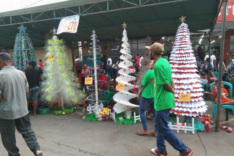 Warga Kota Jayapura tampilkan 400 pohon Natal daur ulang sampah