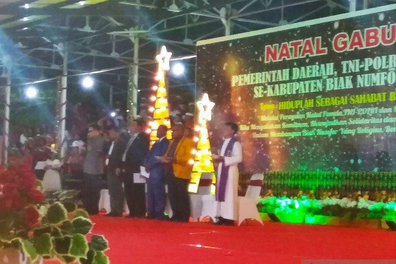 Perayaan Natal Pemkab Biak Numfor ditandai dengan penyalaan seribu lilin