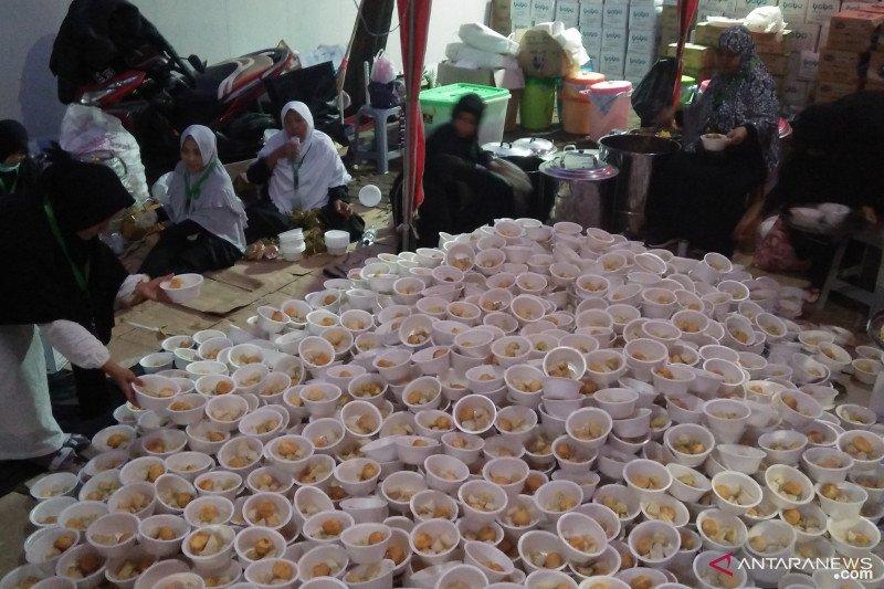 Sukarelawan siapkan makanan untuk peserta Reuni 212