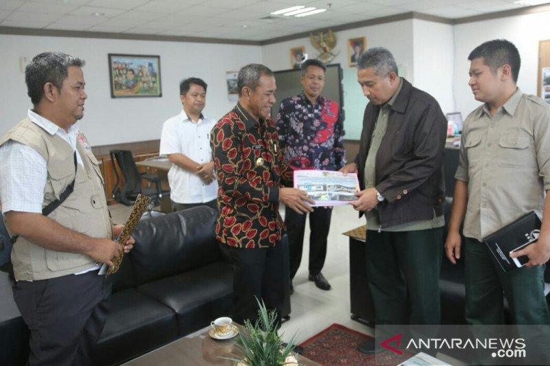 Wali Kota Palu Hidayat serahkan data penerima stimulan kepada BNPB