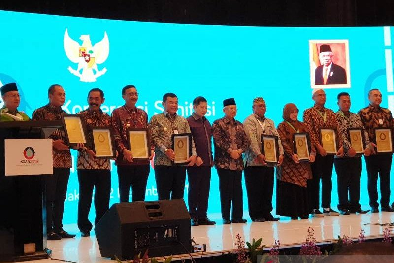 Bupati Hendrajoni terima AMPL Award