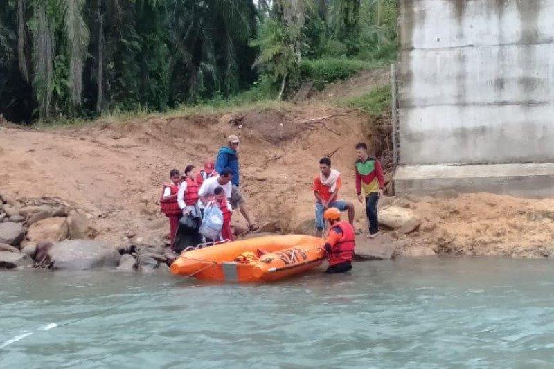 Jembatan putus, warga Paraman Ampalu gunakan perahu karet seberangi sungai