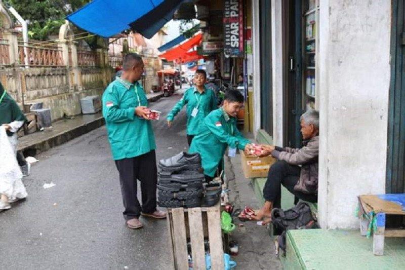 Penyandang disabilitas bagi-bagi makanan untuk warga Padang Panjang