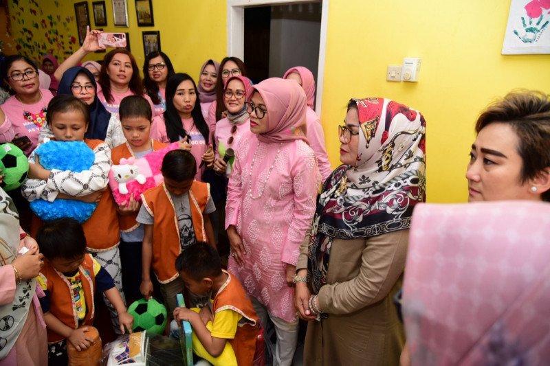 YKI dan IWA Perbanas semangati anak penderita kanker