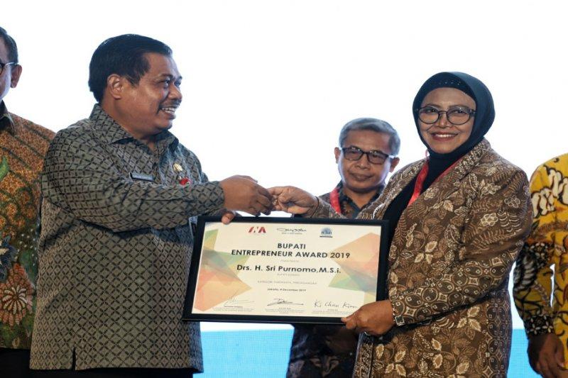 "Bupati Sleman meraih penghargaan ""Regional Leader Enterpreneur Award"""