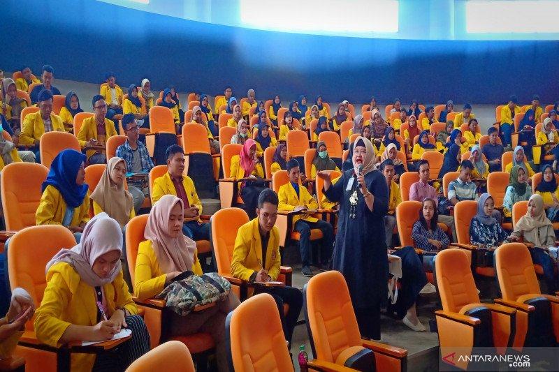 Nina Kurnia Dewi berbagi kiat sukses kepemimpinan bersama mahasiswa ULM