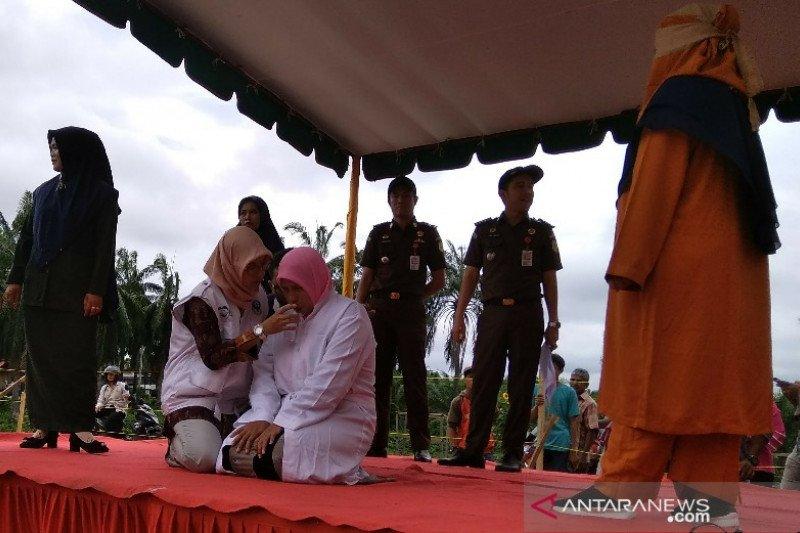 Seorang wanita terdakwa perzinaan tunda hukuman cambuk 61 kali