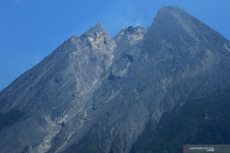 Gunung Merapi mengalami tiga gempa guguran