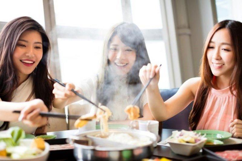 Ini dampak pada tubuh saat makan terlalu cepat atau tergesa-gesa