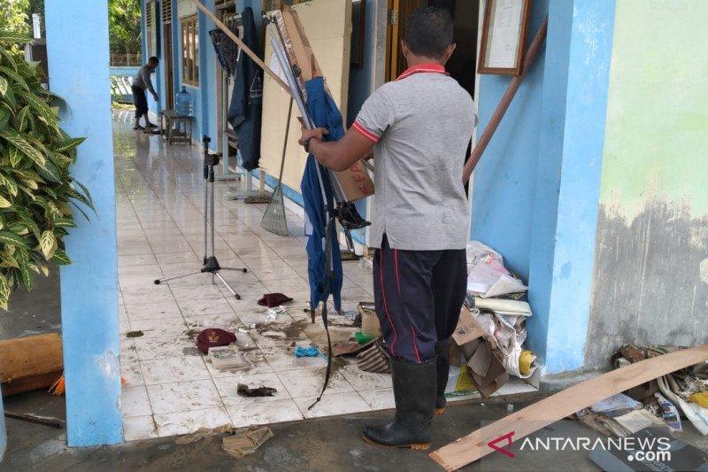 Sampah pascabanjir di Tambelan menumpuk