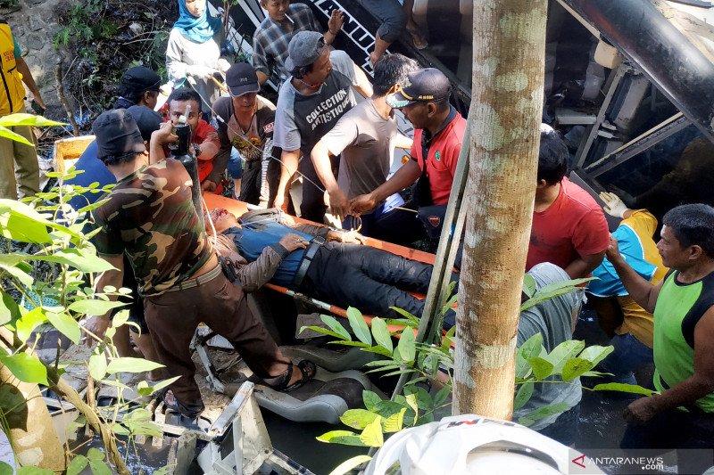 Bus rombongan guru TK terguling di Blitar, sejumlah korban meninggal