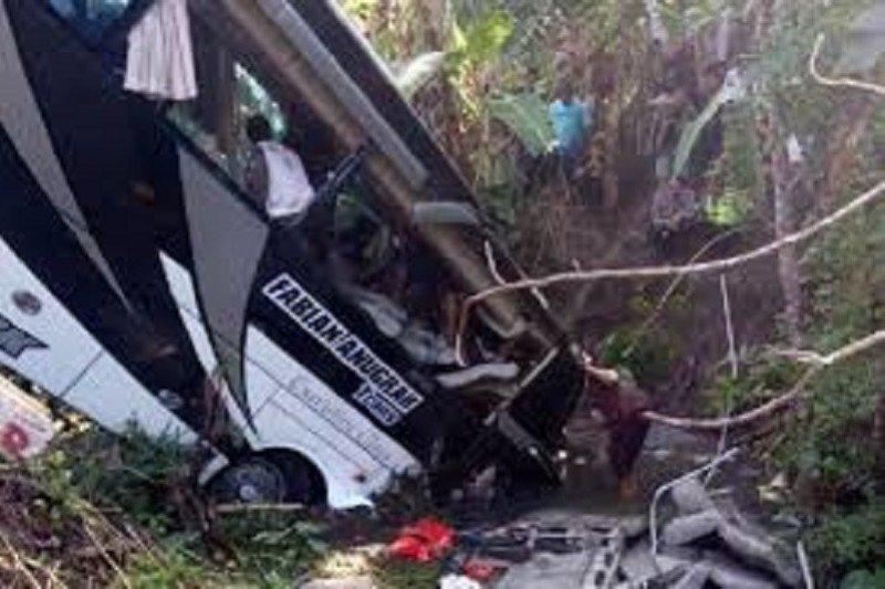 Sebuah bus rombongan guru TK terguling