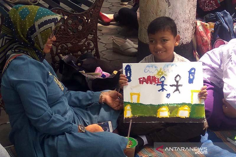 Puluhan anak berkebutuhan khusus unjuk bakat melukisnya