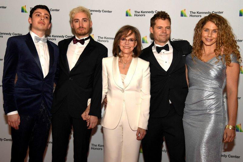 Linda Ronstadt, Sally Field, dan Sesame Street dapat penghargaan seni