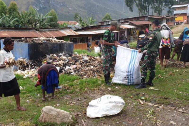 TNI bersama warga bersihkan Pasar Tiom