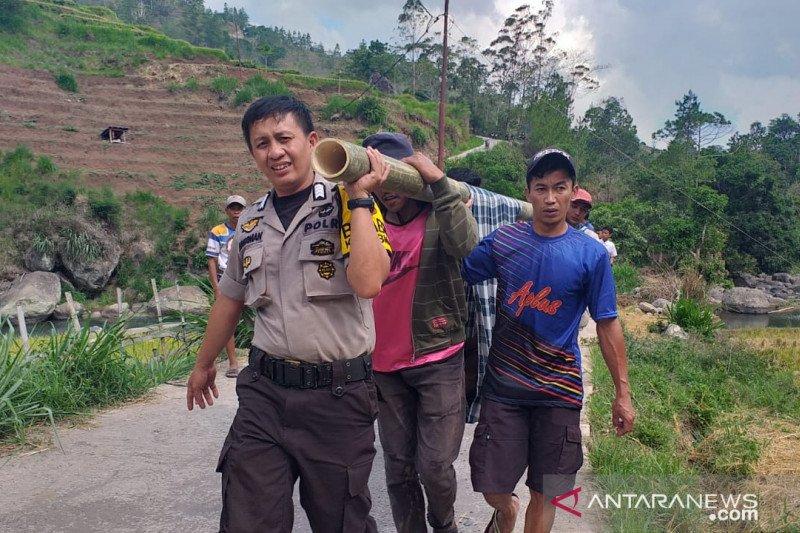 Babinkamtibmas Polsek Tombolopao Gowa evakuasi korban tenggelam