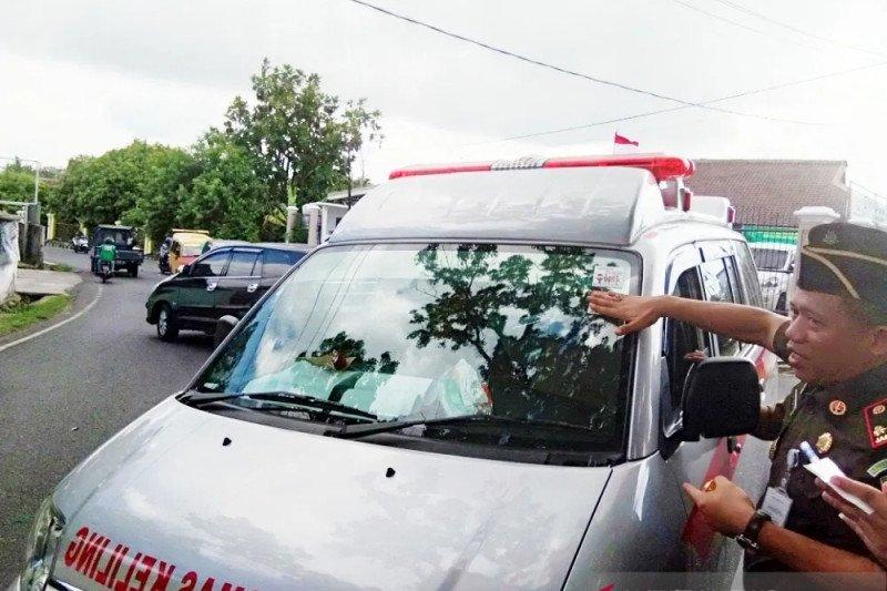 Kejari OKU bagikan cinderamata  kepada pengendara pengguna jalan