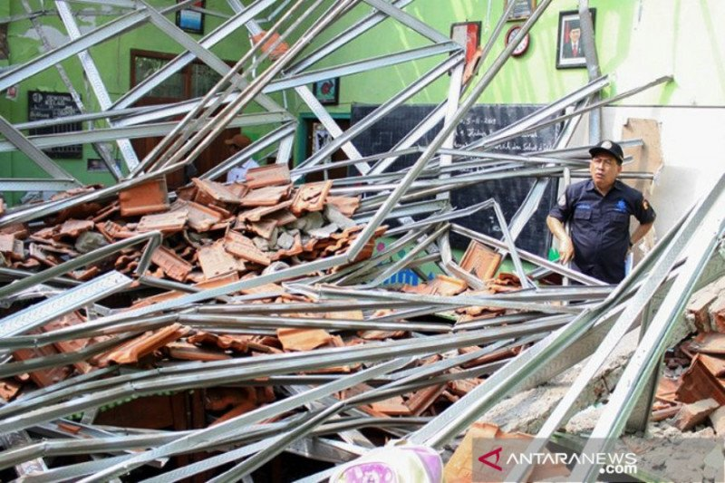 Polda Jatim geledah kantor Dinas Pendidikan Pasuruan terkait SD ambruk