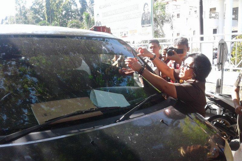 Kejati Sulawesi Utara bagi-bagi stiker Hari Antikorupsi se-Dunia
