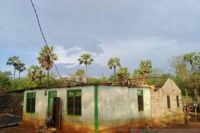 Puting beliung rontokan lima rumah warga di Pulau Semau