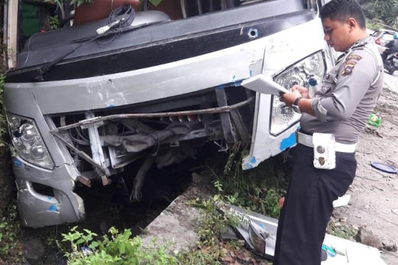 Akibat rem  blong  bus tabrak dua mobil dan hantam tebing  di Sitinjau Lauik