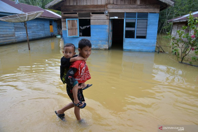 Banjir telan satu korban jiwa dan menggenangi lima daerah