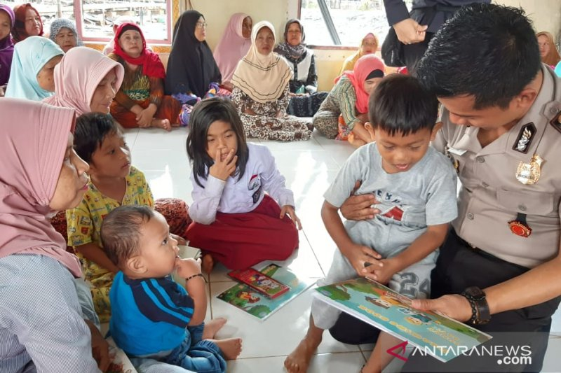 Police help children of Sebuku fire victims to recover from trauma