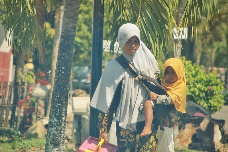 Sambil gendong anak 2,5 tahun, Rabania jalan kaki keliling Taliwang berjualan gorengan