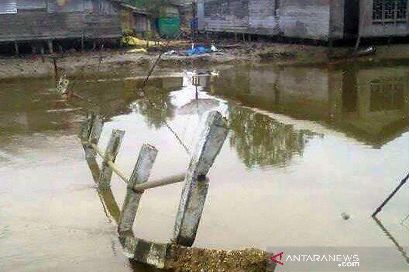 Jembatan penghubung Desa Tanjung Lajau Ambruk, masyarakat gunakan sampan untuk nyebrang
