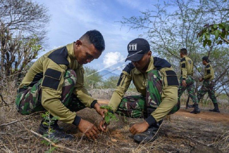 TNI bahu membahu tanam pohon pada Hari Juang TNI-AD
