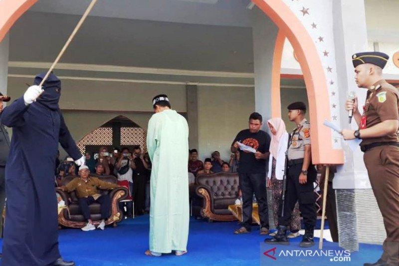 Dua oknum ASN di Nagan Raya Aceh dihukum cambuk