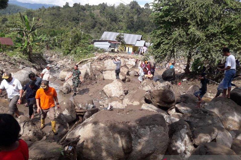 Aparat TNI/Polri bantu Pemkab Sigi bersihkan lumpur di lokasi banjir  Kulawi