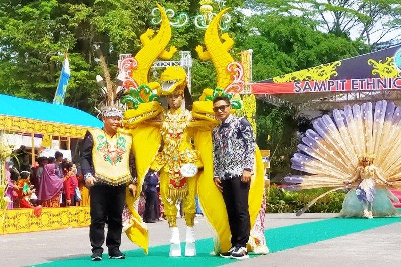 Kostum unik peserta luar daerah ramaikan 'Sampit Ethnic Carnival'