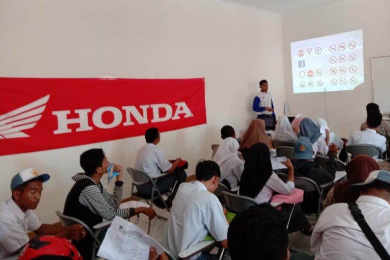 Honda edukasi 'Cari_Aman Demi Kecerdasan Bangsa' di SMK PGRI Palu