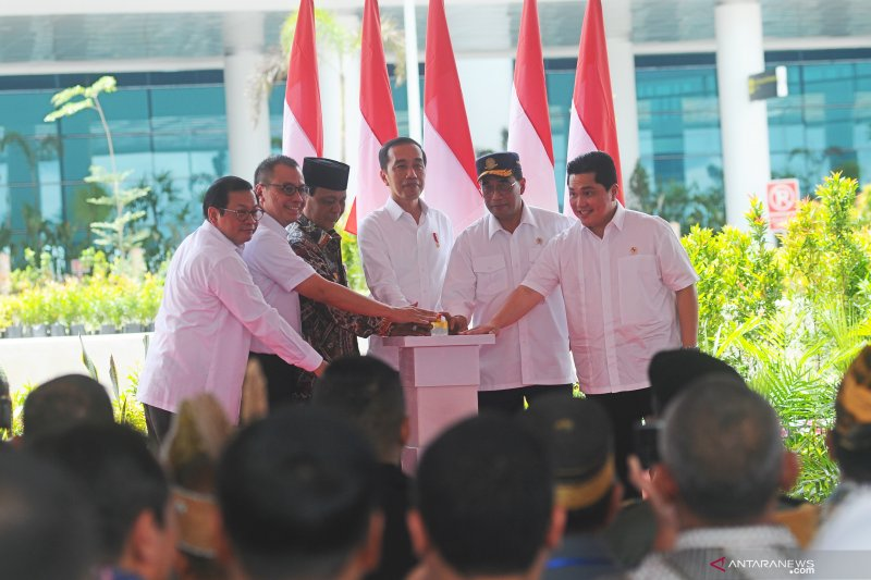 Resmikan bandara, Presiden Jokowi dan Gubernur Kalsel berbalas pantun