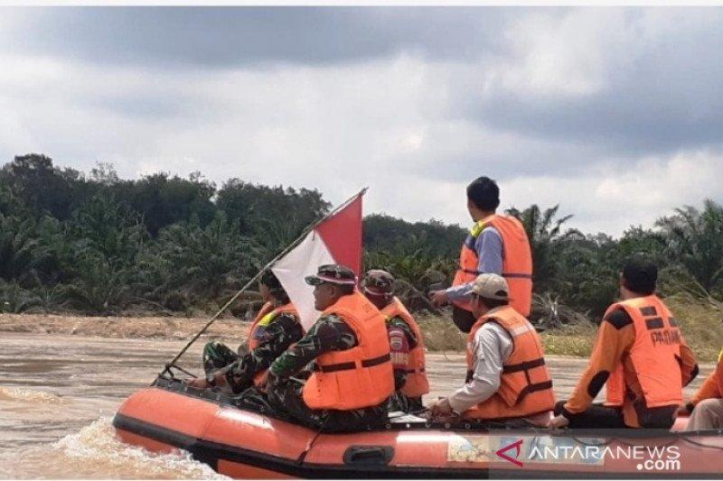 Peduli lingkungan, TNI sisir Sungai Batanghari dan tanam pohon