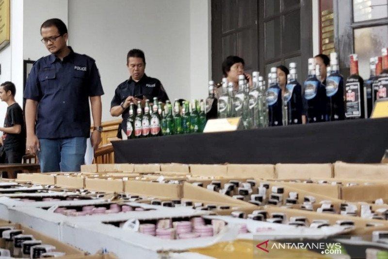 Polisi sita ribuan minuman keras ilegal dari sebuah gudang di Bandung