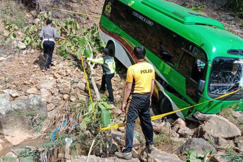 Diduga sopir mengantuk, bus wisata rombongan Kemenag Kediri masuk jurang di Pacitan
