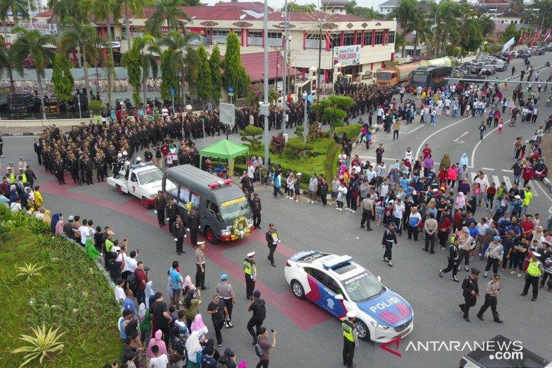 Ratusan personel Polda Riau antar pemakaman anggota Brimob gugur di Papua