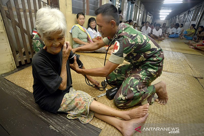 TNI datangi rumah warga perbatasan berikan layanan kesehatan