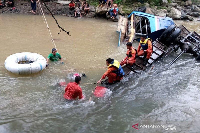 Bus Sriwijaya terjun ke jurang, Basarnas sisir sungai cari korban
