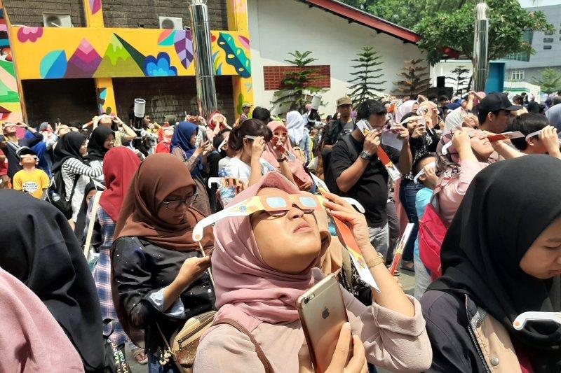 People Throng Jakarta Planetarium To Witness Annular Solar Eclipse Antara News