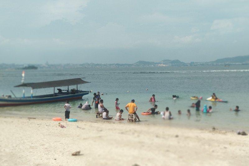 Wisatawan padati pantai Lampung