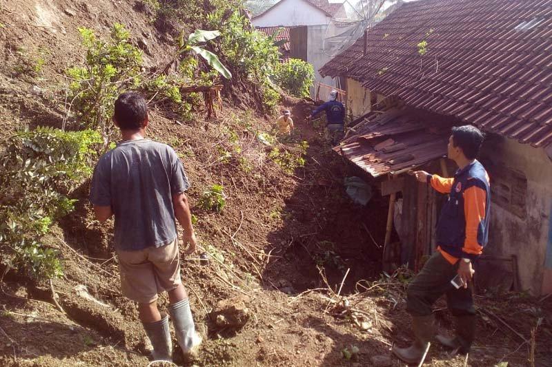 Tebing setinggi 60 meter tetap, puluhan rumah di Cilacap terancam tertimpa tlongsor